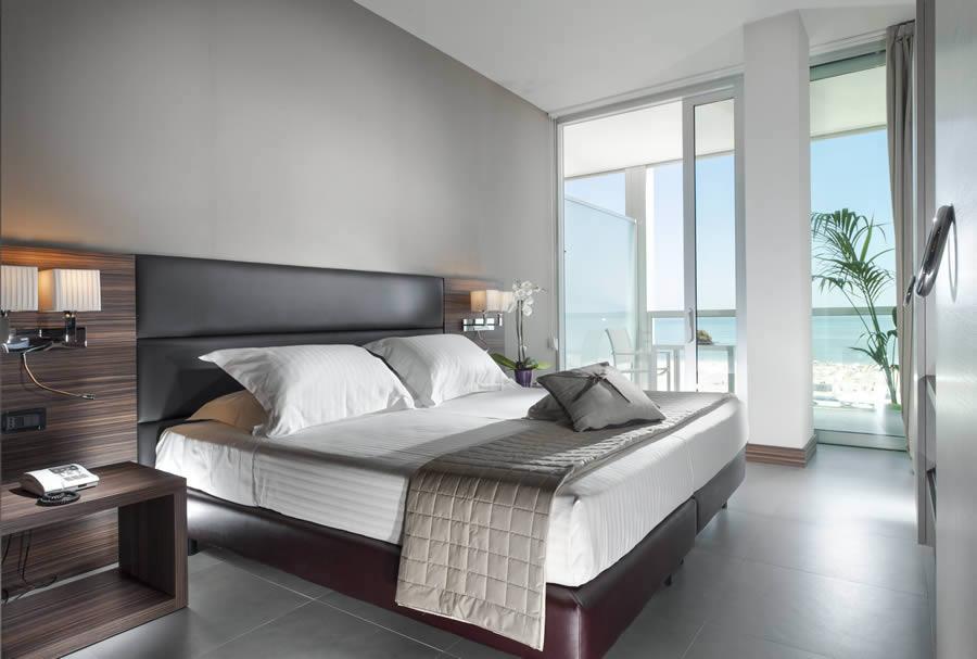 Suite Rimini in hotel: vasca in camera, vista mare, servizi ...
